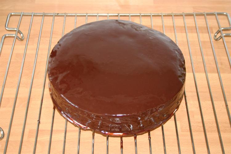 Cómo hacer ganache de chocolate brillante para cubrir postres