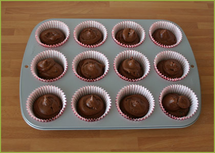 Rellenamos los moldes de los muffins de chocolate sin huevo