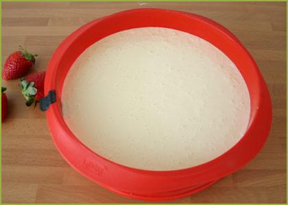 Verter crema de tarta de queso sobre la base