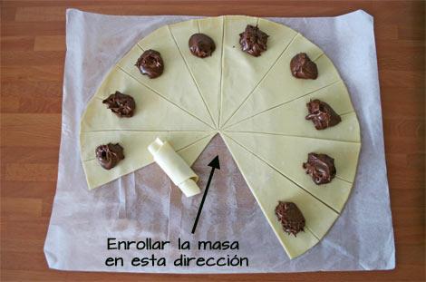 Enrollar la masa de hojaldre de los croissants