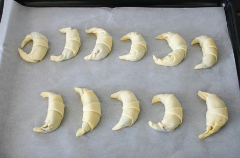Doblar las puntas, pintar con huevo y hornear los croissants