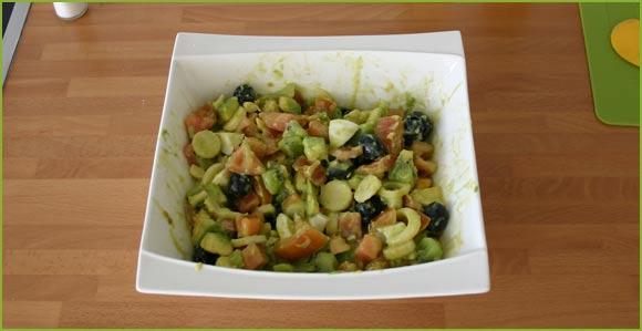 Aliñamos y mezclamos los ingredientes de la ensalada