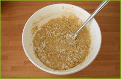 Añadimos la harina a la masa y mezclamos