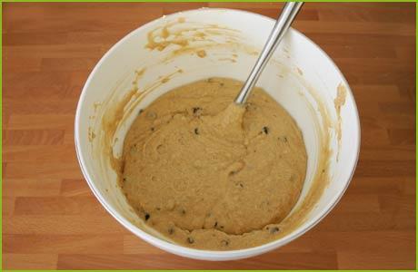 Agregamos las pepitas de chocolate a la masa del bizcocho