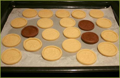 Colocar las galletas sobre la bandeja del horno y meter en la nevera