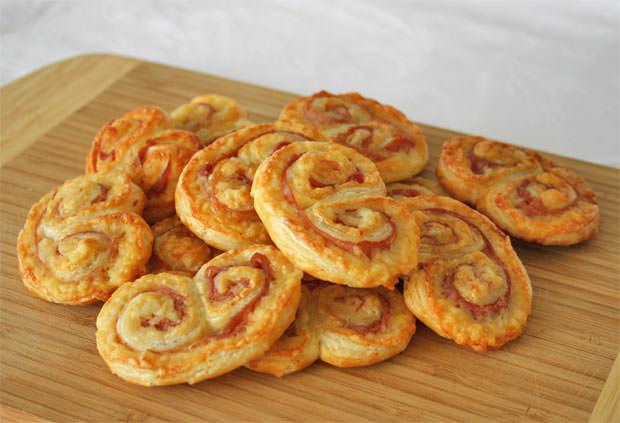 Palmeritas de hojaldre rellenas de jamón y queso