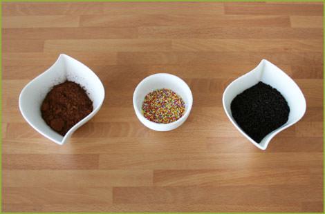 Toppings para decorar: cacao en polvo, bolitas de azúcar y fideos de chocolate