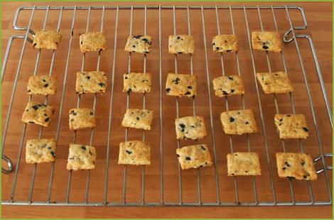Hornear las galletas saladas y dejar enfriar