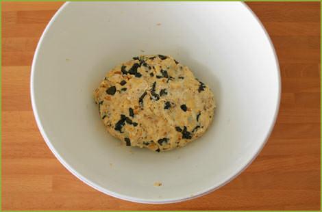 Añadir el resto de ingredientes y amasar para hacer las galletas