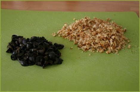 Picar las aceitunas y las nueces para hacer galletas