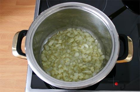 Pochar la cebolla para hacer la crema