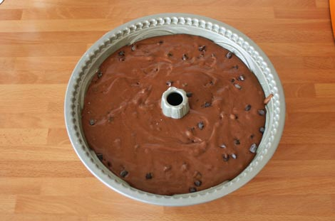 Verter la masa en el molde de bundt cake