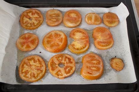Asar los tomates para hacer el milhojas con queso mozzarella