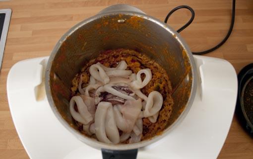 Sofreír el arroz y añadir los calamares. Agregar también el fumet al arroz caldoso