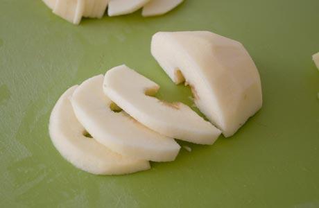 Cortar la manzana en gajos finos