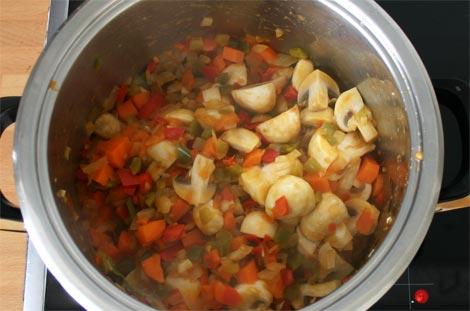 Pochar la verdura para la receta de pollo a la jardinera