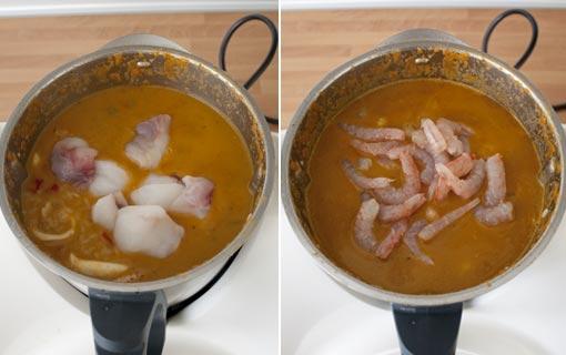 Añadir el rape y las gambas y terminar de cocinar el arroz caldoso