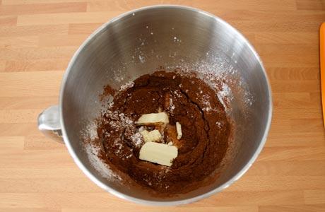Agregar la mantequilla y la leche al buttercream de chocolate