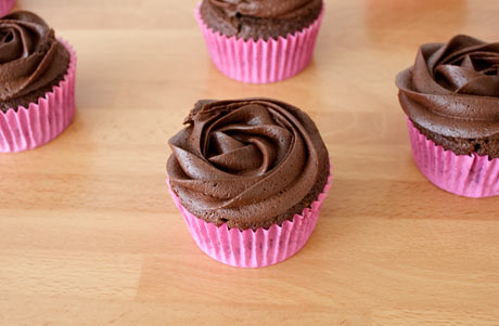 Y decoramos los cupcakes con el buttercream de chocolate negro