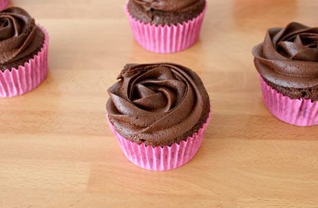 Y decoramos los cupcakes con el buttercream de chocolate negro