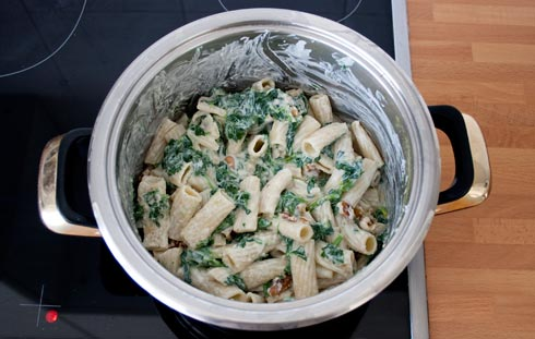 Mezclar la pasta con la salsa de espinacas y queso ricotta