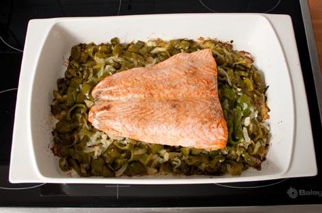 Sacar el salmón con pimientos del horno