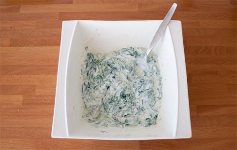 Mezclar las espinacas con el aceite, el queso ricotta y las especias