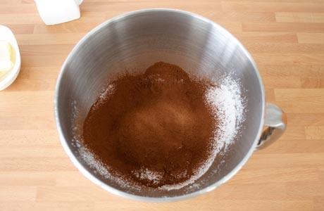 Tamizar el cacao con el icing sugar para hacer el buttercream