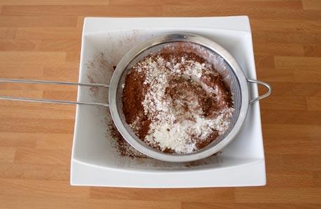 Tamizar los ingredientes secos de los cupcakes de chocolate
