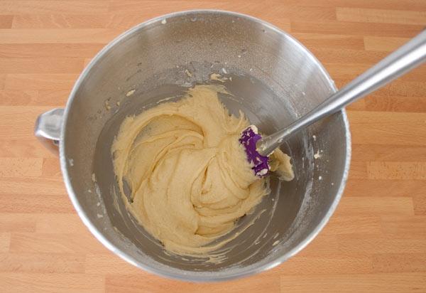 Añadir la vainilla, la leche, la harina y la levadura