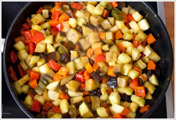 Añadir la berenjena y el calabacín para hacer el cous cous con verduras
