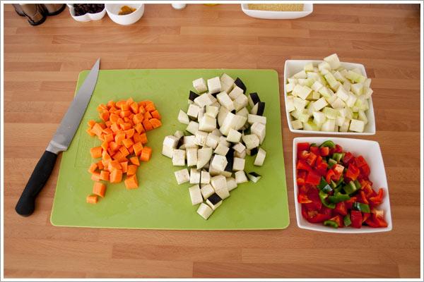 Cortar todas las verduras para hacer el cous cous con un toque de especias