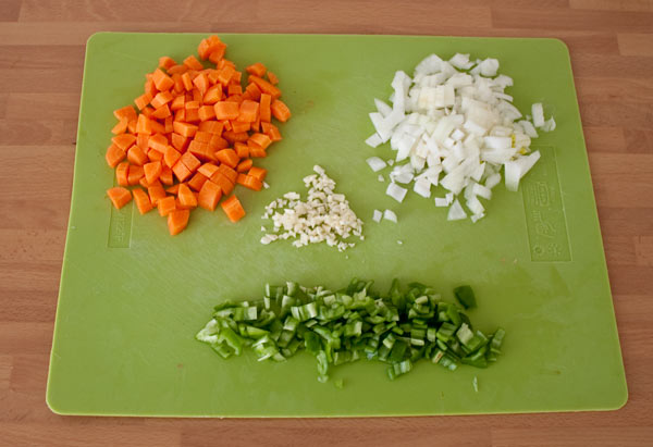 Cortar las hortalizas de la salsa de tomate casera