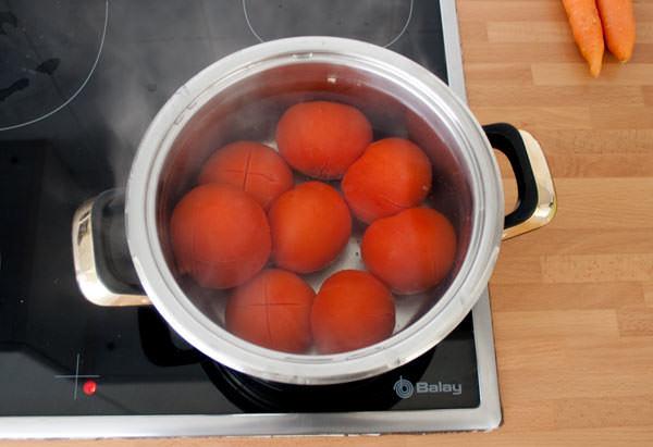 Escaldar los tomates para hacer la salsa