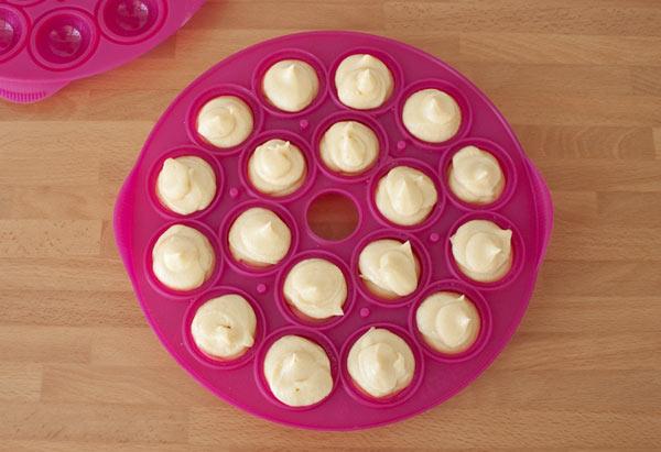 Llenar el molde de cake pops con la masa