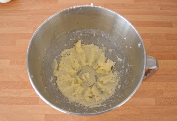 Mezclar el azúcar con la mantequilla para hacer los cake pops
