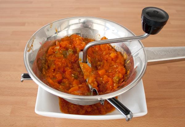 Finalmente, pasar la salsa de tomate casera y facil por el chino