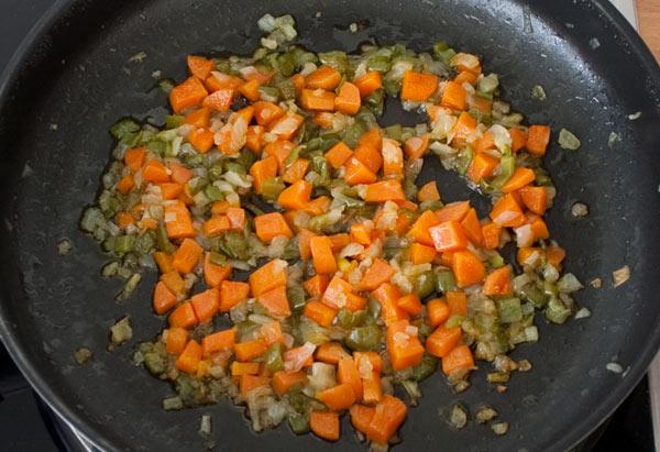 Pochar la verdura de la salsa de tomate