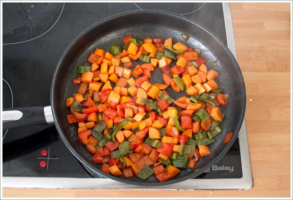 Saltear los pimientos y la zanahoria para hacer el cous cous
