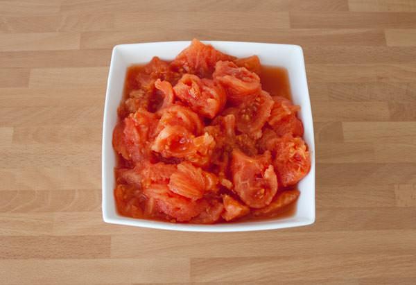 Cortar el tomate en trozos