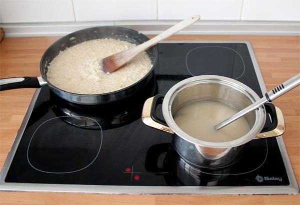 Agregar el caldo caliente poco a poco al risotto y remover