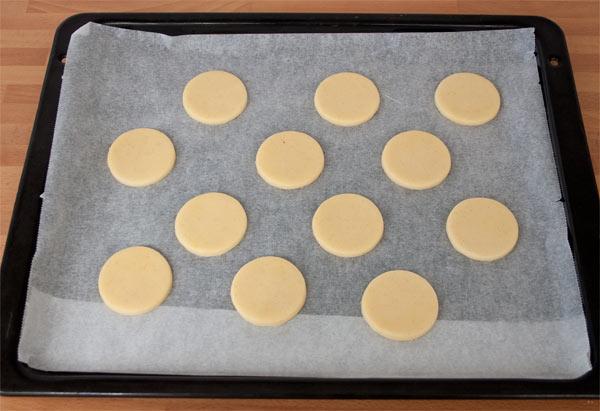 Colocar los círculos de los alfajores de maicena y hornear a 170 ºC