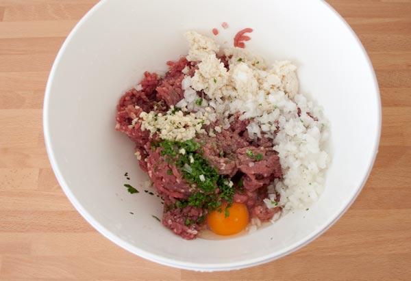 Añadir los ingredientes a la carne picada de la masa de albóndigas
