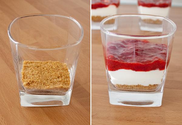 Montar las capas de la tarta de queso rápida en vasito con cuidado