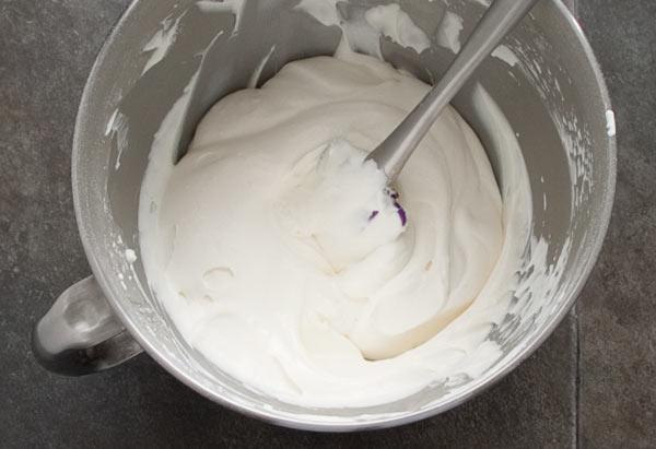 Montar la nata, agregar el azúcar glas y el queso ricotta para hacer la tarta