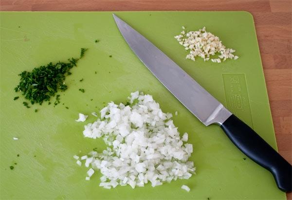 Picar los ingredientes para aliñar las albóndigas