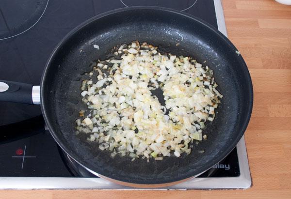 Pochar la cebolla para hacer el risotto de gorgonzola y peras