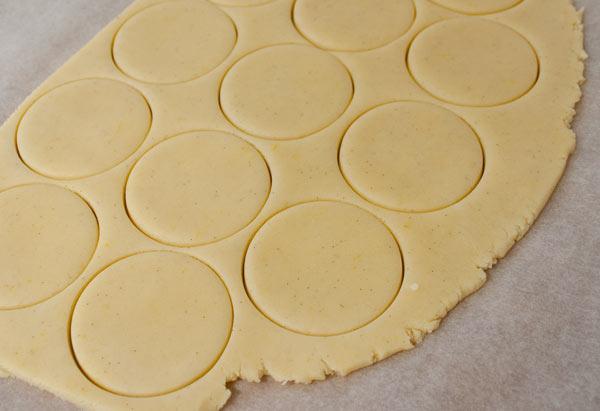 Recortar la masa en forma de círculos