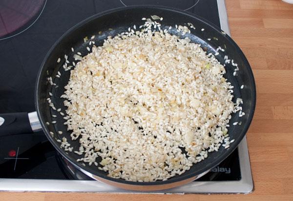 Sofreír el arroz del risotto de gorgonzola, peras y nueces