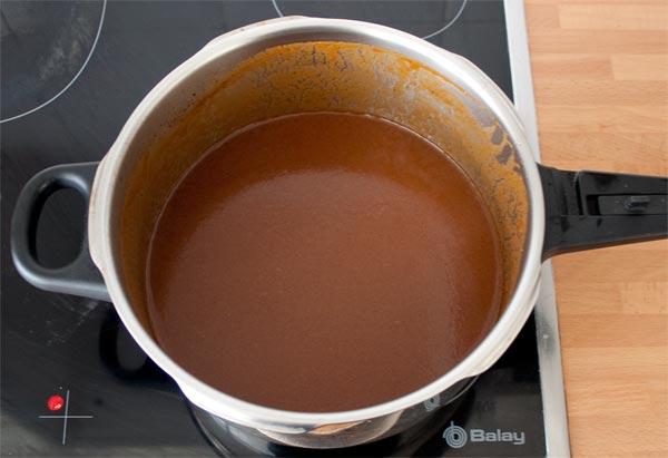 Triturar la salsa del rabo de toro